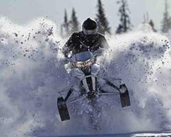 Снегоход прыгает сквозь снег на скорости