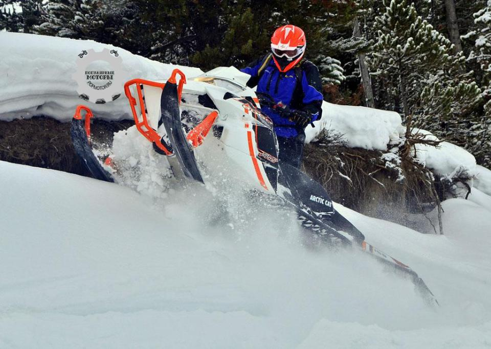 M8000 Sno Pro легко ездит поперёк склона, так что можно спокойно разворачивать снегоход на середине спуска или подъёма.